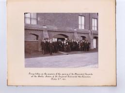 Immobilien Projekt Marienpark Berlin: Historische Aufnahme von Mitarbeiter vor einem Eingang